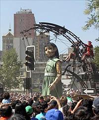 foto de La Pequeña Gigante en las calles de Santiago